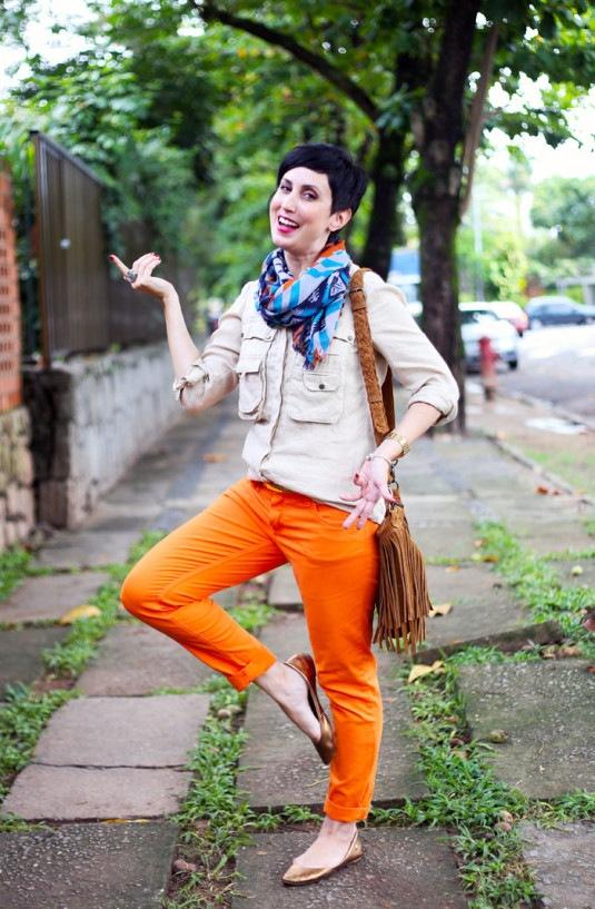 calca-laranja-blusa-bege