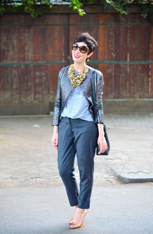 jaqueta-prateada, t-shirt cinza, calça grafite, scarpin dourado, maxi colar de bolinhas douradas