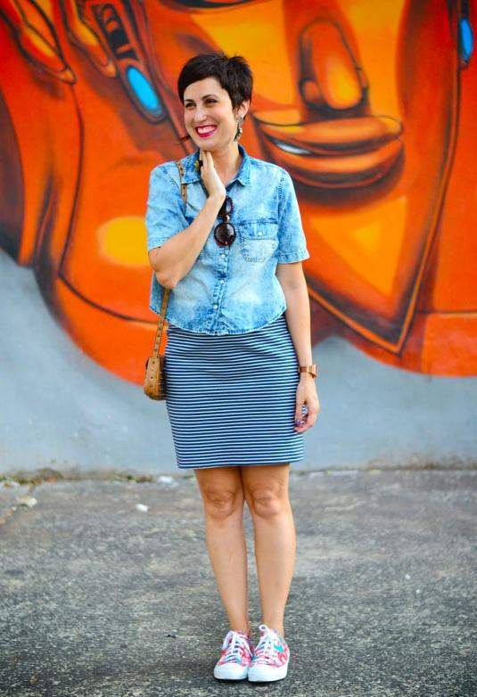 camisa jeans curtinha com saia listrada branca e azul marinho, tênis all star estampado de vermelho e azul
