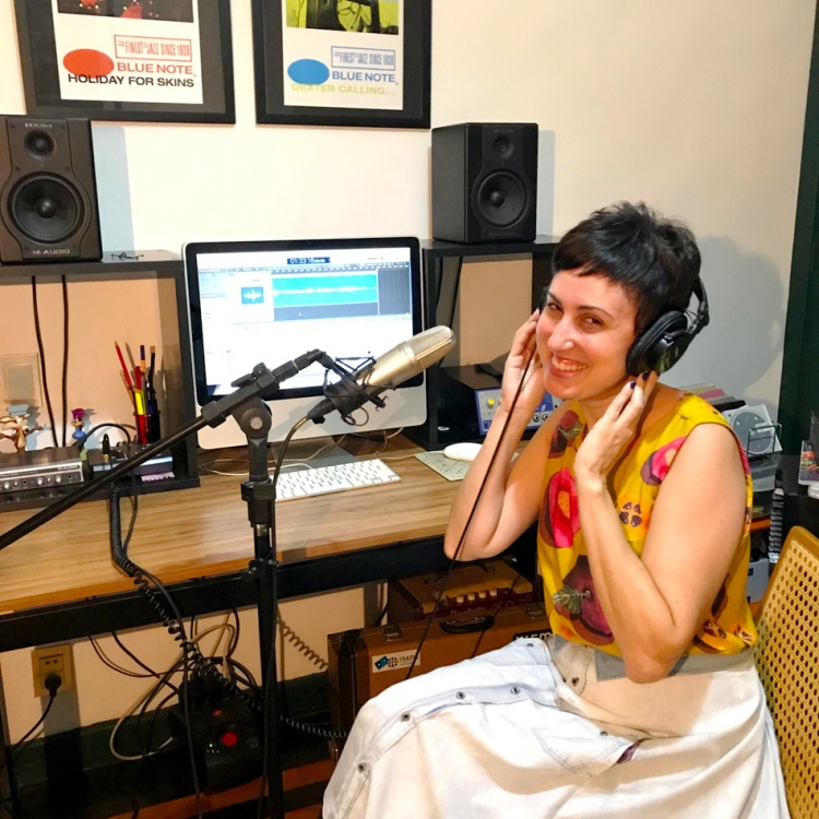 ana-gravando-podcasts